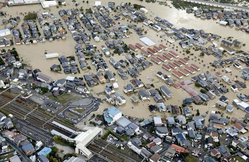 13日午前8時7分、長野市 千曲川の氾濫で浸水したJR豊野駅周辺(共同)