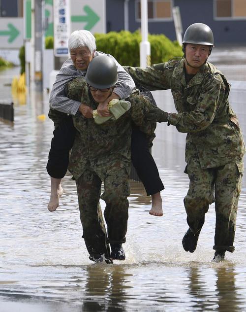 13日午前10時29分 阿武隈川が氾濫した福島県本宮市で自衛隊員に救出されるお年寄り(共同)