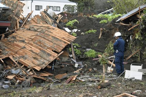 13日午前、群馬県富岡市 土砂崩れで倒壊した家(共同)