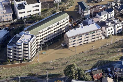 13日午前6時58分、川崎市高津区 台風19号による大雨で浸水したマンション(共同)