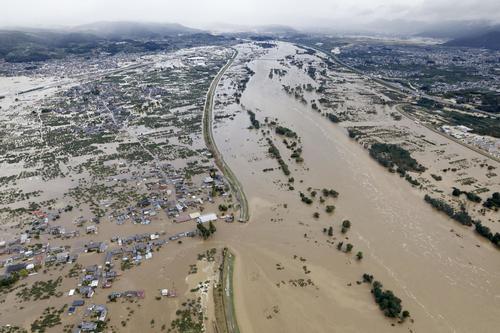 13日午前8時15分、長野市穂保 台風19号による大雨で増水し氾濫した千曲川。中央左は決壊した堤防(共同)