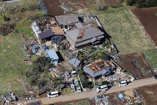13日午後0時59分 竜巻とみられる突風で被害を受けた千葉県市原市の住宅(共同)