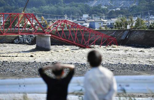 13日午後1時30分 台風19号による大雨で、千曲川に崩落した上田電鉄別所線の橋(共同)
