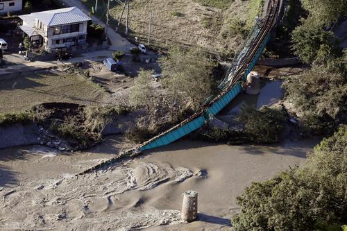13日午後3時35分 JR水郡線の袋田―常陸大子駅間で久慈川に崩れ落ちた鉄橋(共同)