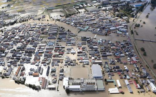 13日午前10時38分 台風19号の影響で浸水した福島県郡山市の住宅街(共同)