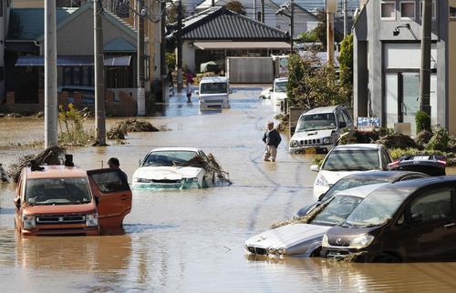 13日午後0時51分、栃木県佐野市赤坂町 秋山川の氾濫で浸水した自動車(共同)