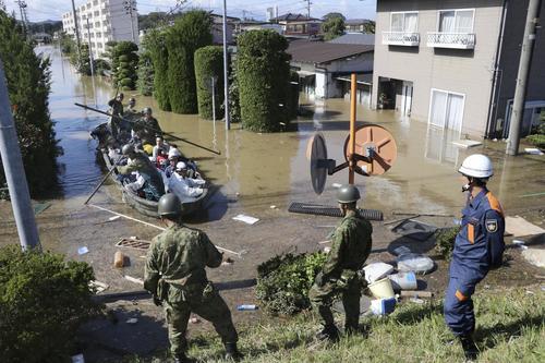13日午後0時46分、宮城県角田市 台風19号の影響で浸水した自宅から自衛隊のボートで救出される住民ら(共同)