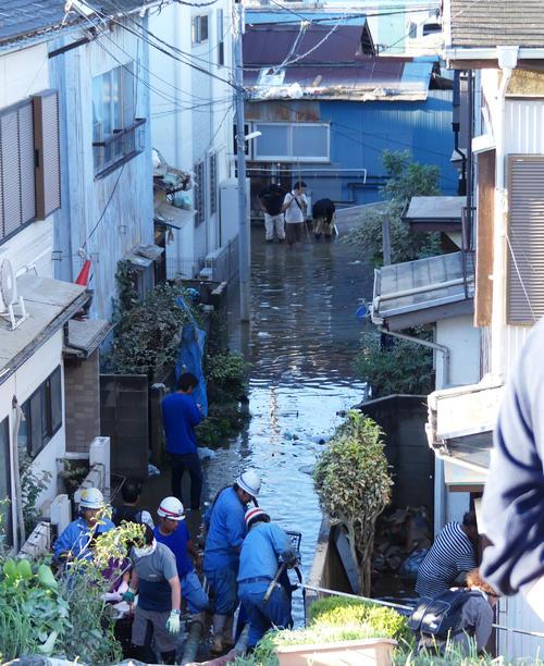平瀬川近くの住宅街では、冠水した水を抜く作業が続いていた(撮影・中山知子)