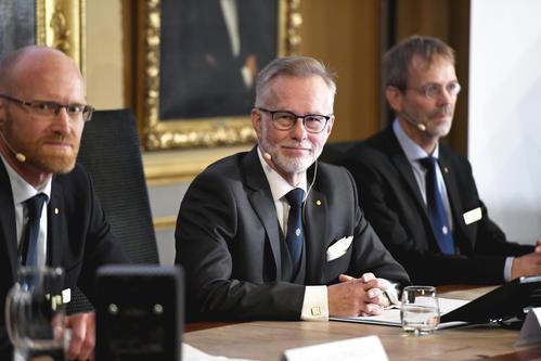 ノーベル経済学賞授与を発表したスウェーデン王立科学アカデミー所長ら(AP)