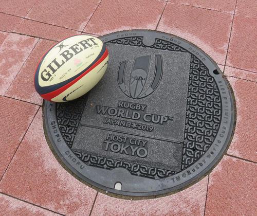 東京・調布市内に設置された「ラグビーW杯日本大会」の記念マンホール