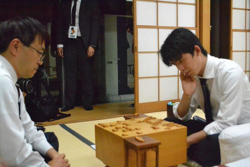 羽生善治九段を下した藤井聡太七段(右)