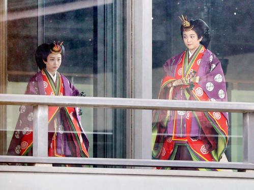 「即位礼正殿の儀」に向かわれる秋篠宮家の眞子さまと佳子さま(共同通信代表撮影)