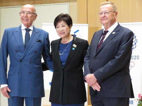 IOC調整委員会のジョン・コーツ委員長(右)の訪問を受けた小池都知事。左はアレックス・ギラディ副委員長(撮影・近藤由美子)
