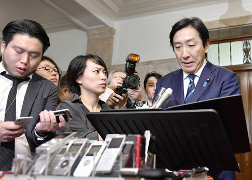 閣議後の記者会見で辞任を発表する菅原経産相(右端)(共同)