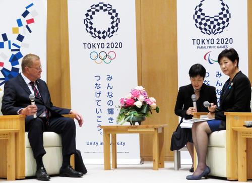 IOC調整委員会のジョン・コーツ委員長(左)の訪問を受けた東京都の小池百合子知事(右)(撮影・近藤由美子)