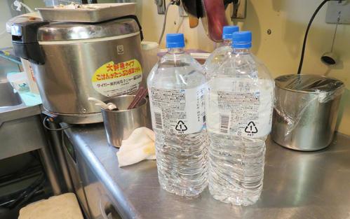 羽田空港第2ターミナルの飲食店「お座敷天麩羅 天政」では断水の影響でミネラルウォーターを用いて食事を提供した(撮影・佐藤勝亮)
