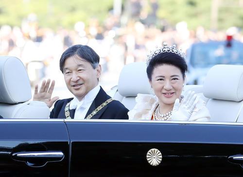即位を祝うパレードで、オープンカーから沿道の人々に手を振る天皇、皇后両陛下=祝田橋(撮影・狩俣裕三)