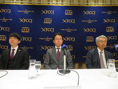 日本外国特派員協会で会見を開いたゴーン弁護団の、左から小佐々奨弁護士、河津博史弁護士、弘中惇一郎弁護士(撮影・村上幸将)