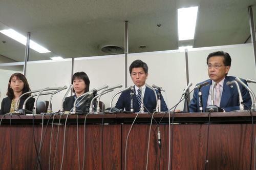 会見に臨む松永真菜さんの夫(左から3人目)と関係者(撮影・村上幸将)