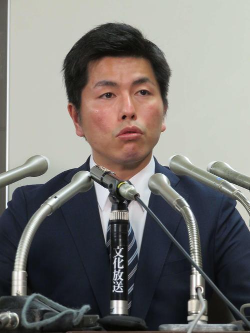会見で涙を浮かべながら質問に答える松永真菜さんの夫(撮影・村上幸将)