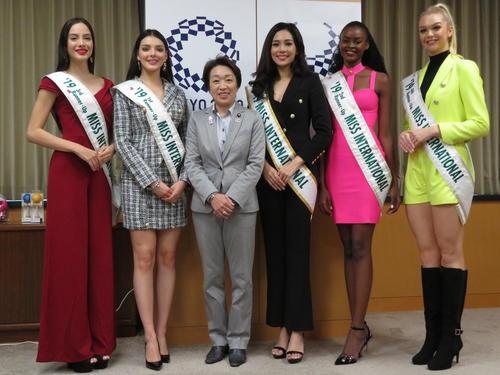 橋本聖子五輪相兼女性活躍相(左から3人目)を訪問した2019ミス・インターナショナル世界トップ5(撮影・近藤由美子)