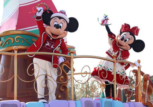 TDLのパレードで大きく手を振るミッキーマウスとミニーマウス