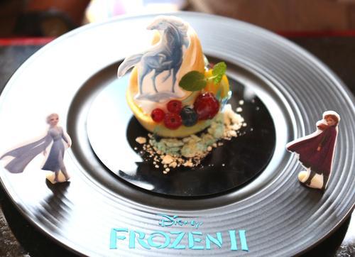 """ディズニーアンバサダーホテル1階ラウンジでは""""アナ雪2""""の魔法のケーキが出た"""