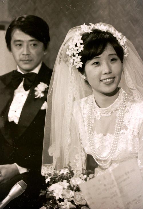 山本圭(左)女流棋士の小川誠子さん(1977年6月29日撮影)