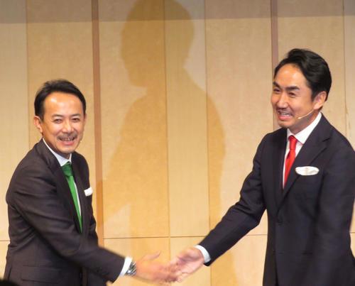 経営統合に関する共同会見で握手する、Zホールディングス川辺健太郎社長(左)とLINE出沢剛社長(撮影・村上幸将)
