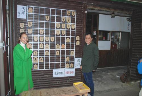 愛知県瀬戸市にある「せと銀座通り商店街」ではシャッターにジャンボ将棋盤が張り付けられ「大盤解説」が行われた(撮影・松浦隆司)