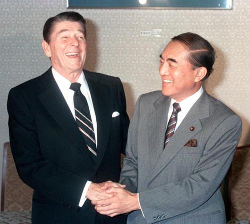 1983年11月、日米首脳会談でレーガン米大統領(左)と笑顔で握手する中曽根康弘首相(共同)