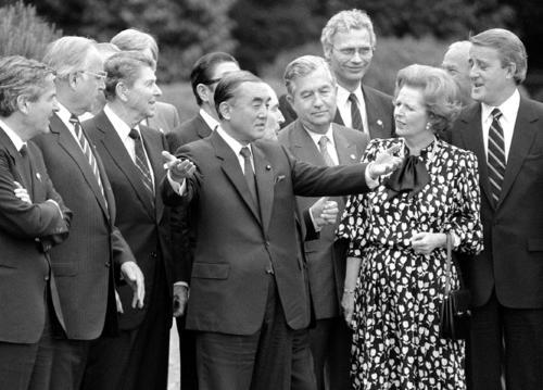 1986年5月、東京サミットで記念撮影後に各国首脳と話す中曽根康弘首相(中央)(共同)