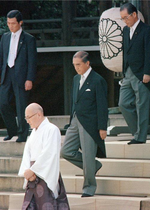 1985年8月15日、首相として戦後初めて靖国神社を公式参拝する中曽根康弘首相(共同)