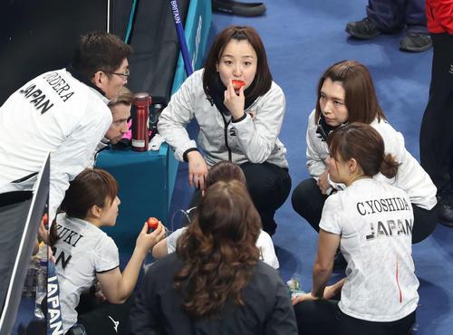 平昌五輪カーリング女子3位決定戦 藤沢五月(中央)は大きないちごを頬張りながら作戦を練る。右はリザーブ本橋麻里(2018年2月24日撮影)