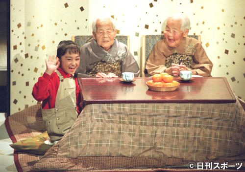 紅白歌合戦で開会宣言する101歳のきんさん(右)、ぎんさん(中央)と12歳の安達祐実(91年12月31日)