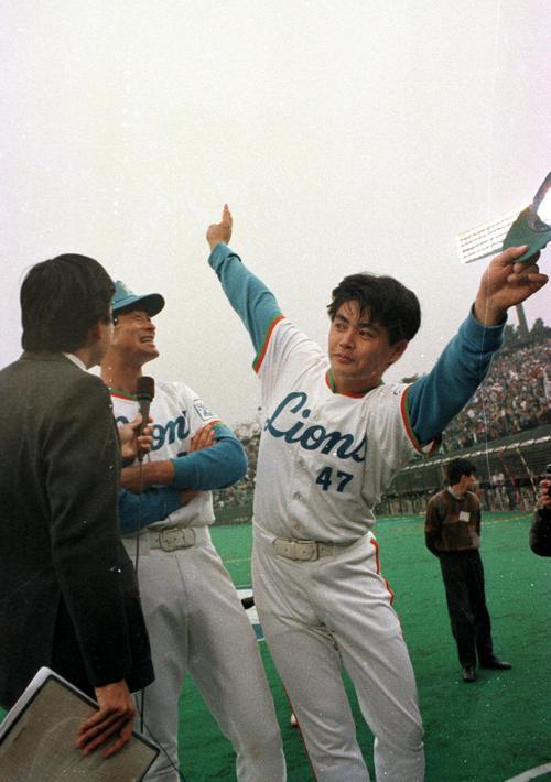 日本シリーズ第2戦 西武対巨人 石毛宏典(後方)とともにヒーローインタビューを受ける工藤公康はおどけたポーズをみせる(1987年10月26日)