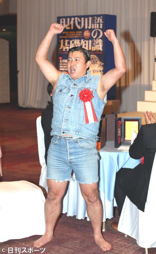 2012流行語年間大賞に選ばれ、ワイルドなガッツポーズを見せるスギちゃん