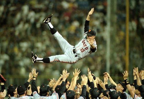 96年10月、セ・リーグを制し胴上げされる長嶋監督