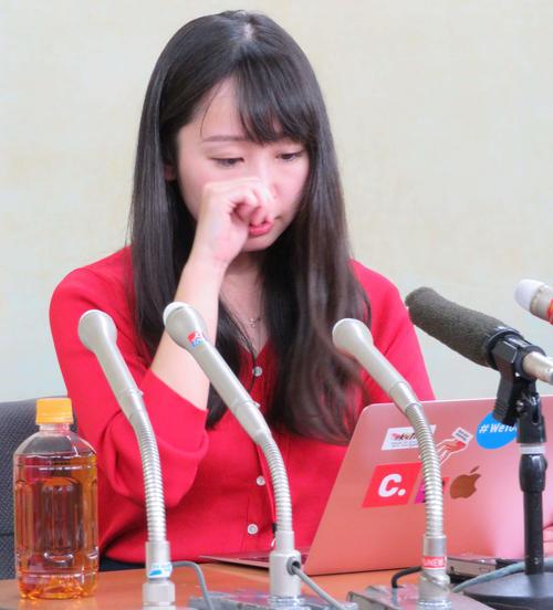 厚労省で会見を開き、女性からのメールを読み涙する石川優実氏(撮影・村上幸将)