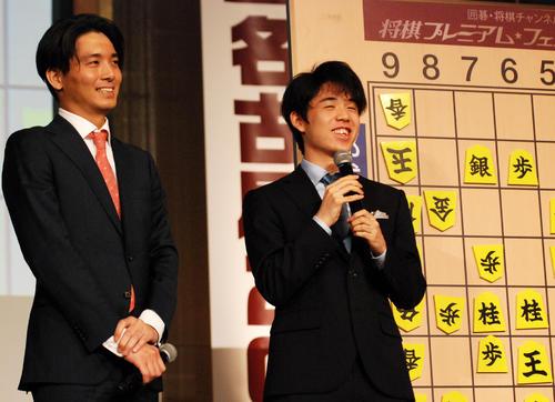 名古屋市内で行われた将棋イベントの特別対局を振り返る都成竜馬六段(左)と藤井聡太七段(撮影・松浦隆司)