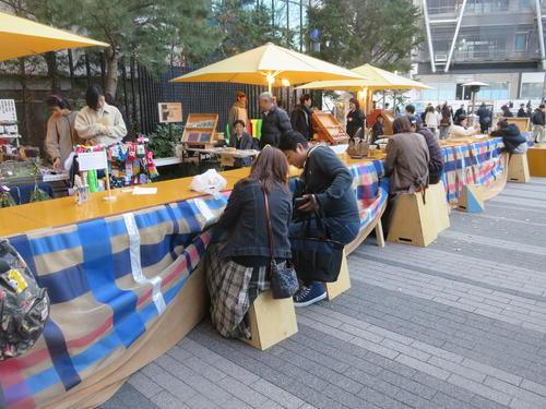 渋谷キャストのガーデンスペースに出現した長大な堀こたつでくつろぐ人たち