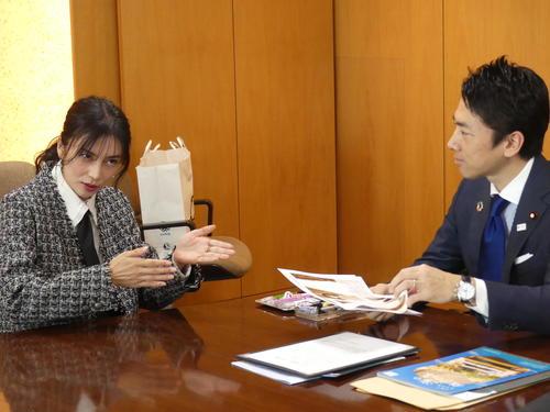 環境特別広報大使としての活動を説明する柴咲コウ(左)と小泉進次郎環境相