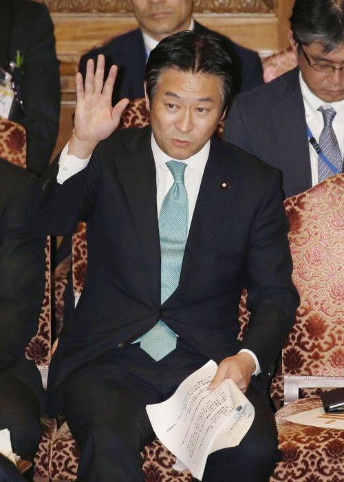 4月、参院決算委で挙手する秋元司環境副大臣(共同)
