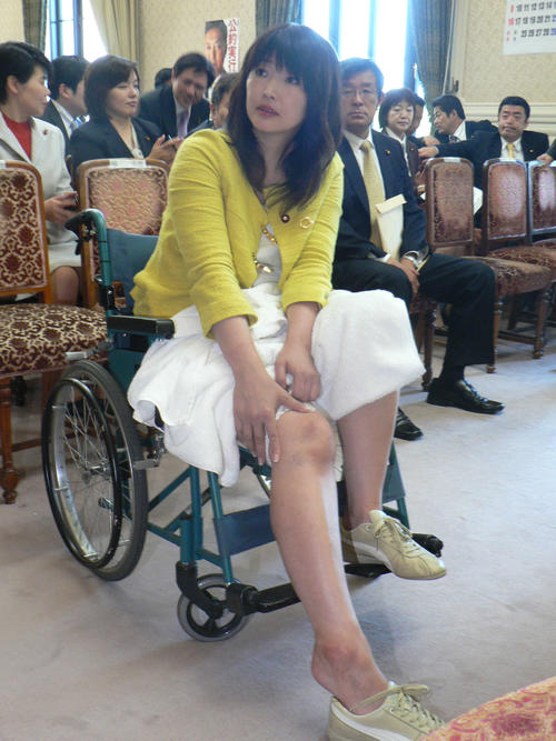 内閣委員会強行採決で突き飛ばされ転倒し、車いすで代議士会に出席した三宅雪子元衆院議員(10年5月)