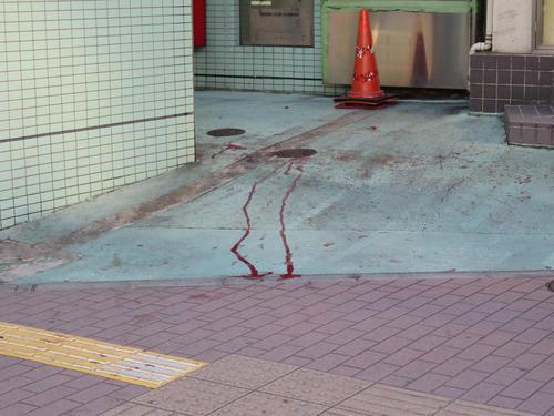 規制線が張られたJR五反田駅前の交番付近には血が流れている(撮影・佐藤勝亮)