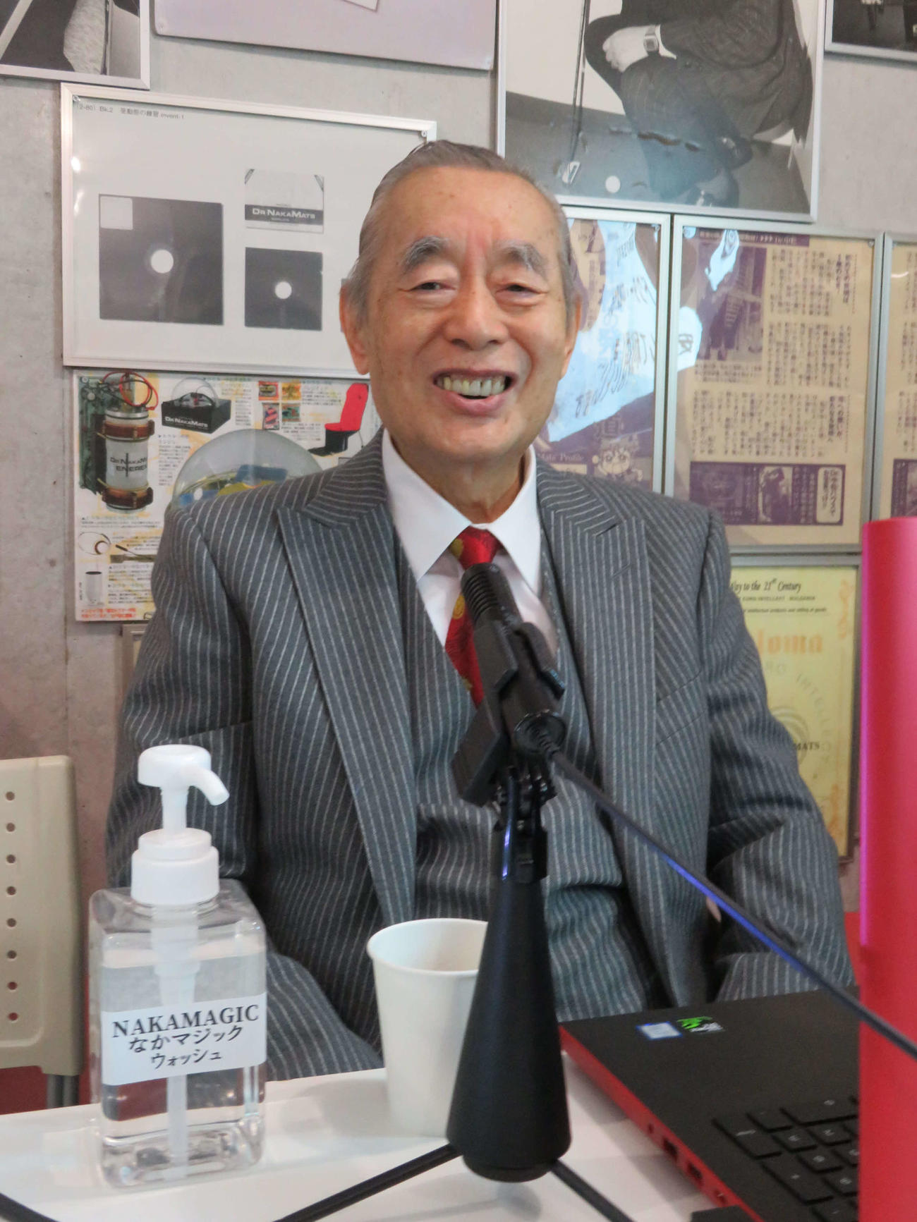 新型コロナウイルス対策の新製品「NAKAMAGIC(なかマジック)ウォッシュ」を前に、笑顔のドクター・中松氏(撮影・村上幸将)