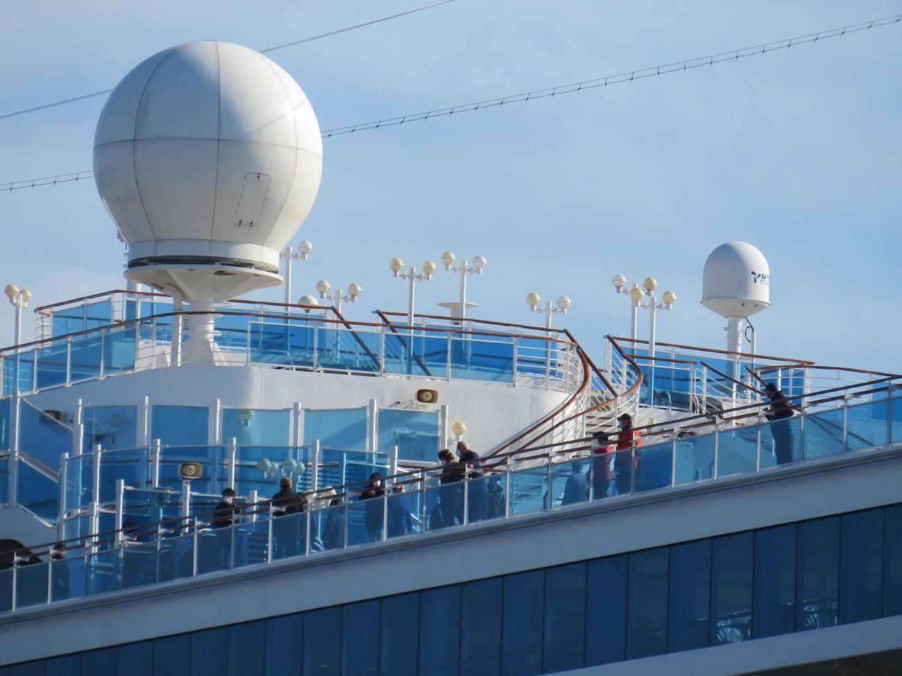 ダイヤモンド・プリンセスの船上から景色を眺める乗客たち(撮影・村上幸将)