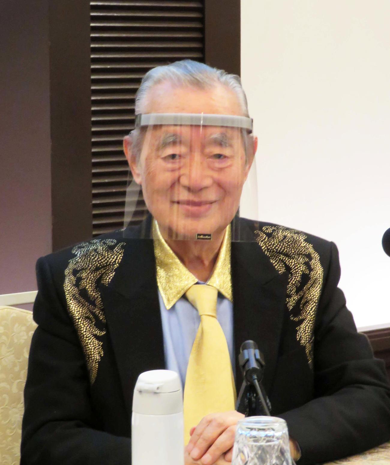 新型コロナウイルス対策の新型マスク「ドクター中松スーパーメン SUPER M.E.N」を発表したドクター・中松氏(撮影・村上幸将)
