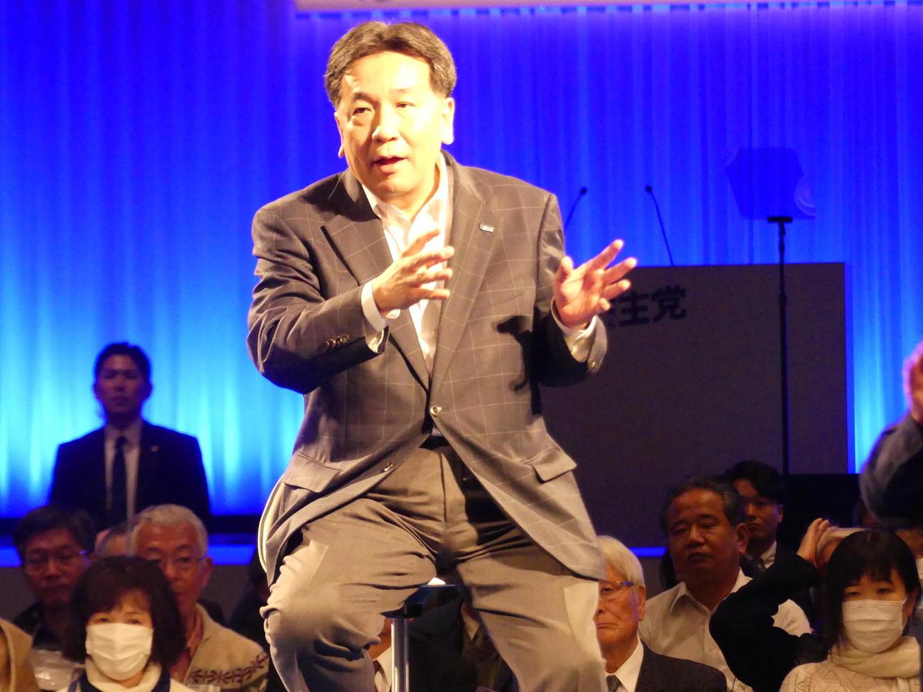 「立憲フェス」で、360度を参加者に囲まれて講演する立憲民主党の枝野幸男代表