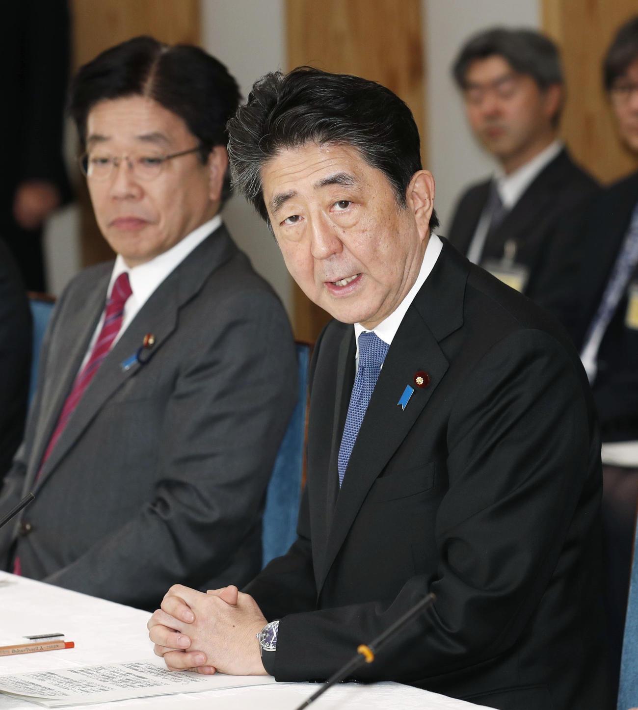 新型コロナウイルス感染症専門家会議であいさつする安倍首相。左は加藤厚労相(共同)